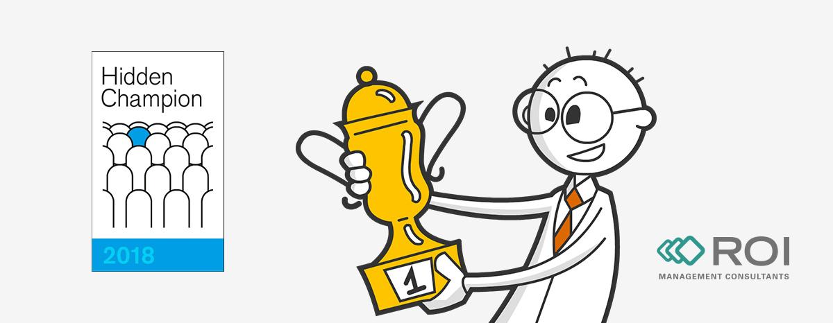 [Translate to English:] Mann mit Pokal und Logo der Auszeichnung Hidden Champion 2018